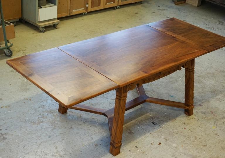 Geschnitzter Tisch