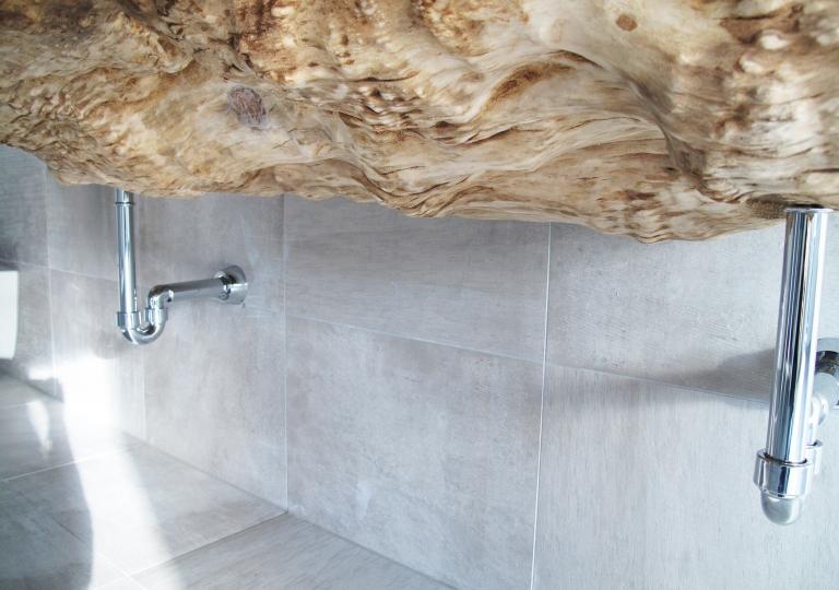 Baumstamm Badezimmer