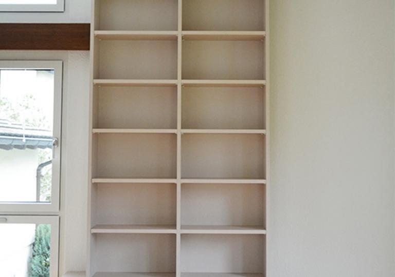 Bücherregal mit Schubladen