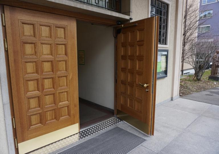 Tür mit Öffnungsautomatik